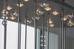Druppels in de plafondbak lichtobject kantoor