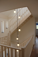 Druppel hanglamp in modern trappenhuis